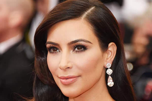 Kim Kardashian se quita dos dientes, ¿Para ser mas bella?