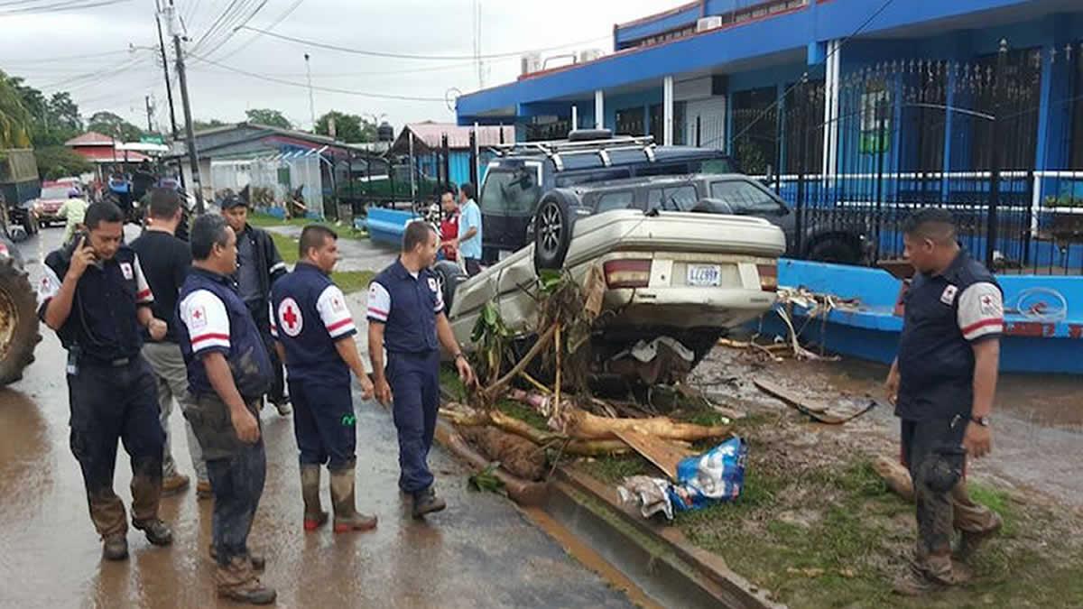 Costa Rica rescata a nicaragüenses en zona de impacto de huracán