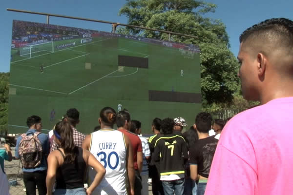 Cientos vivieron la emoción del Clásico en el Estadio Virtual