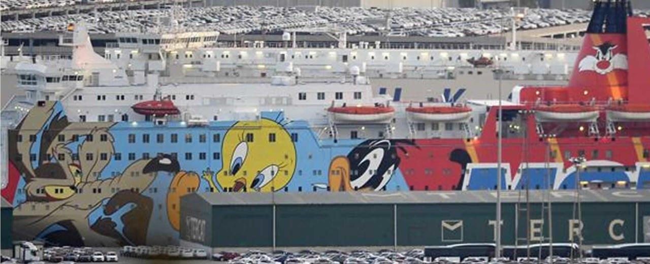 Twitteros se burlan de la embarcación que aloja a la Policía Nacional de Barcelona