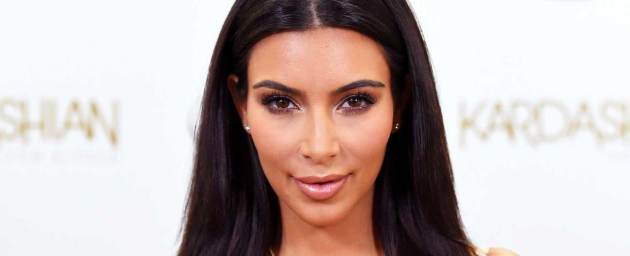 Kim Kardashian reaparece con diminuto bikini