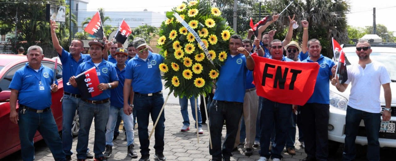 """FNT deposita ofrenda floral en el monumento al Comandante """"Che"""" Guevara"""