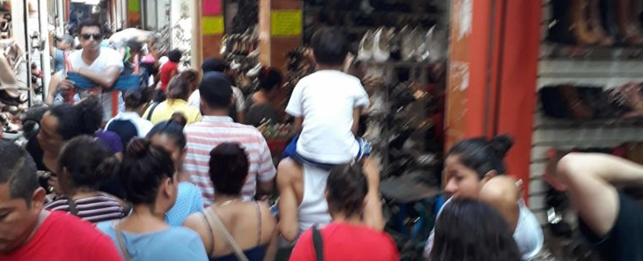 Nicaragüenses visitan Mercado Oriental con aguinaldo en mano para hacer comprasnavideñas