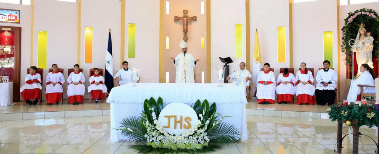 Cardenal Leopoldo Brenes celebra comuniones en la Parroquia La Merced
