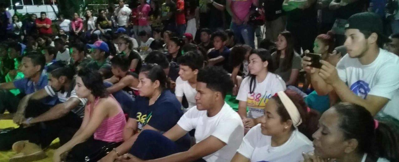 Jóvenes conmemoran a Leonel Rugama con una emotiva fogata