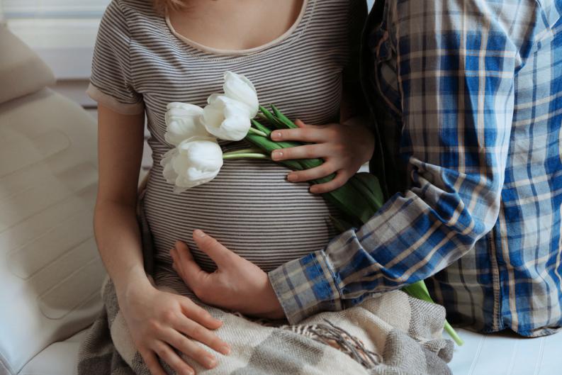 ¿Por qué los hombres presentan síntomas del embarazo de sus parejas?