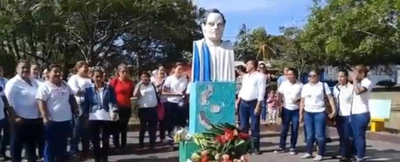 Maestros de Chontales depositan ofrenda floral en el busto de Rubén Darío