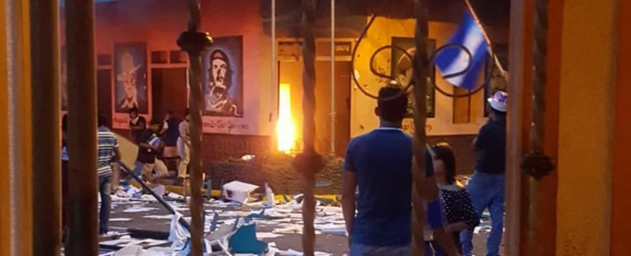 Derecha golpista quema casa comunal sandinista en Altagracia, isla de Ometepe