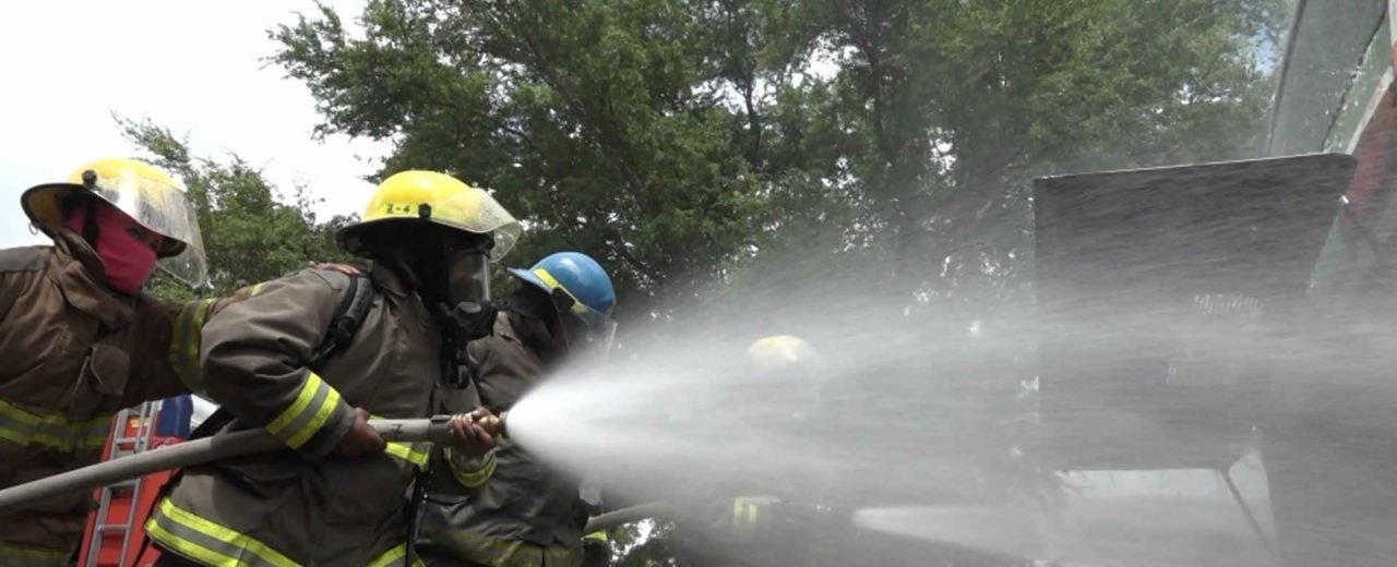 Bomberos fortalecen destrezas en rescate durante accidente de tránsito