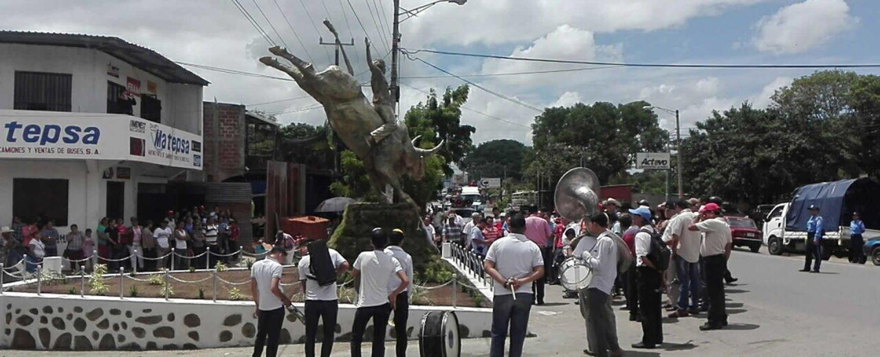 Inauguran monumento en homenaje a la ganadería chontaleña