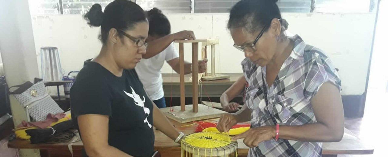 Personas ciegas de Rivas desarrollan técnicas para elaborar artesanías