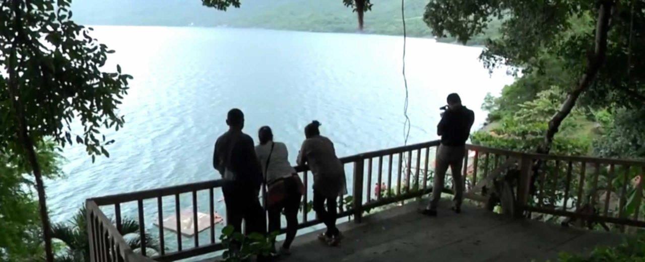 Turistas nacionales y extranjeros disfrutan de las cristalinas aguas de la Laguna de Apoyo