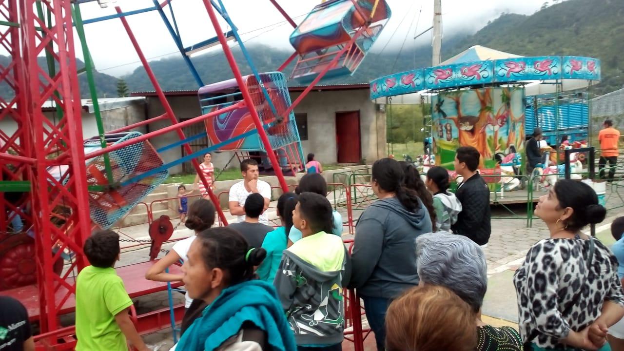 Familias Jinoteganas Disfrutan De Juegos Mecanicos En El Parque De