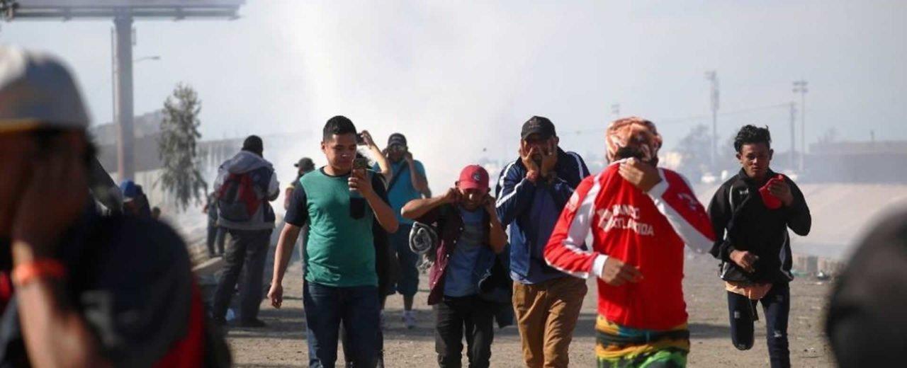 EE.UU. recibe a la oleada de migrantes con gases lacrimógenos