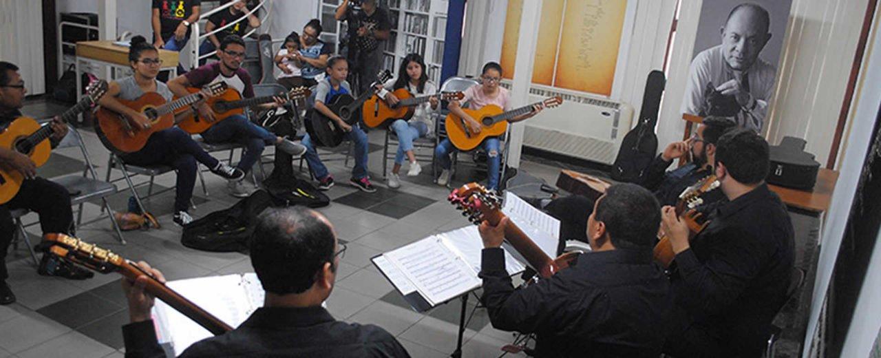 Jóvenes intercambian experiencias del uso guitarra