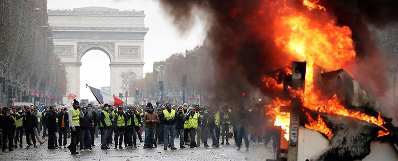 Miles de personas protestan en París por incremento en el precio del combustible