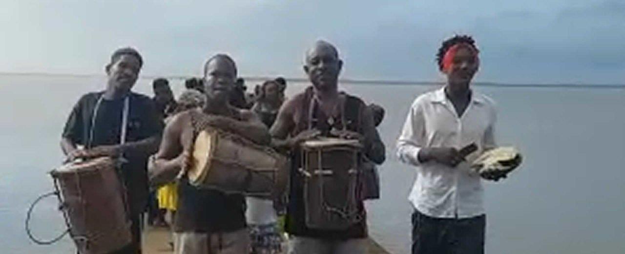 Arriba Grupo Musical Garífuna de Honduras al puerto de Laguna de Perlas