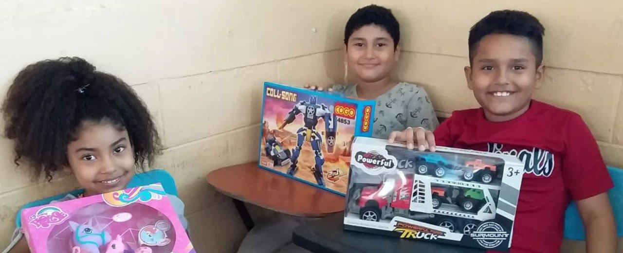 Con mucha alegría niños y niñas del Distrito III de Managua reciben sus juguetes navideños