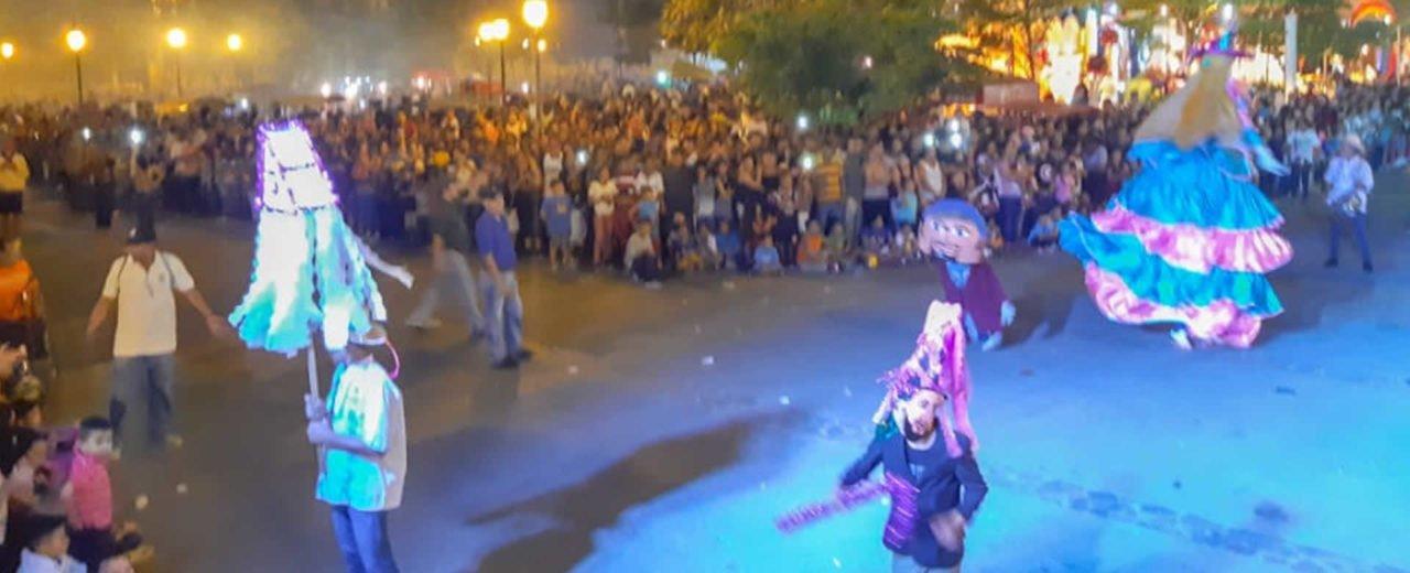 Familias de León disfrutan del concurso de Gigantonas
