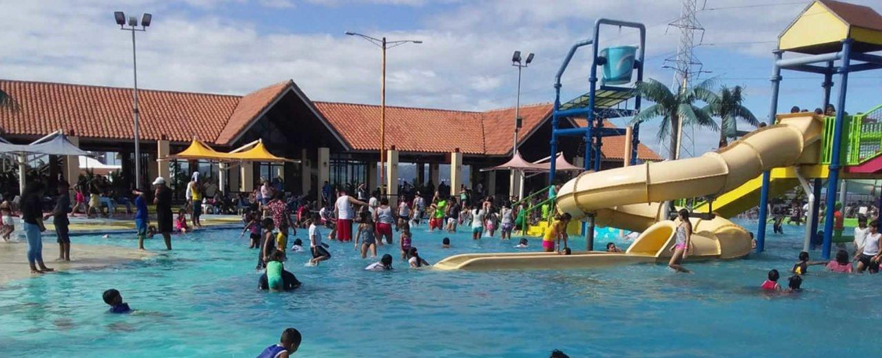 Niñez disfruta de las refrescantes aguas del Parque Acuático