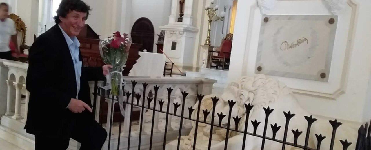 Adam Feinstein, reconocido escritor, coloca ofrenda floral en la tumba de Rubén Darío