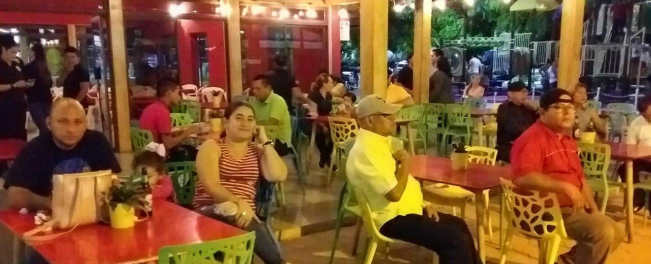 Managuas disfrutan de una velada romántica en el Paseo Xolotlán