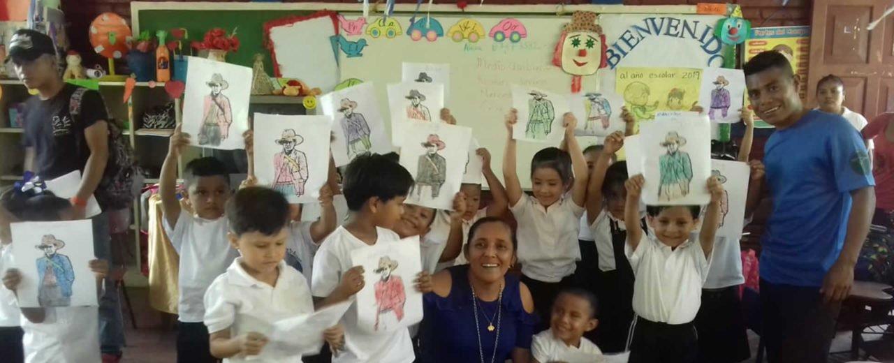 Niños pintan a Sandino en la Escuela Enmanuel Mongalo, Matagalpa