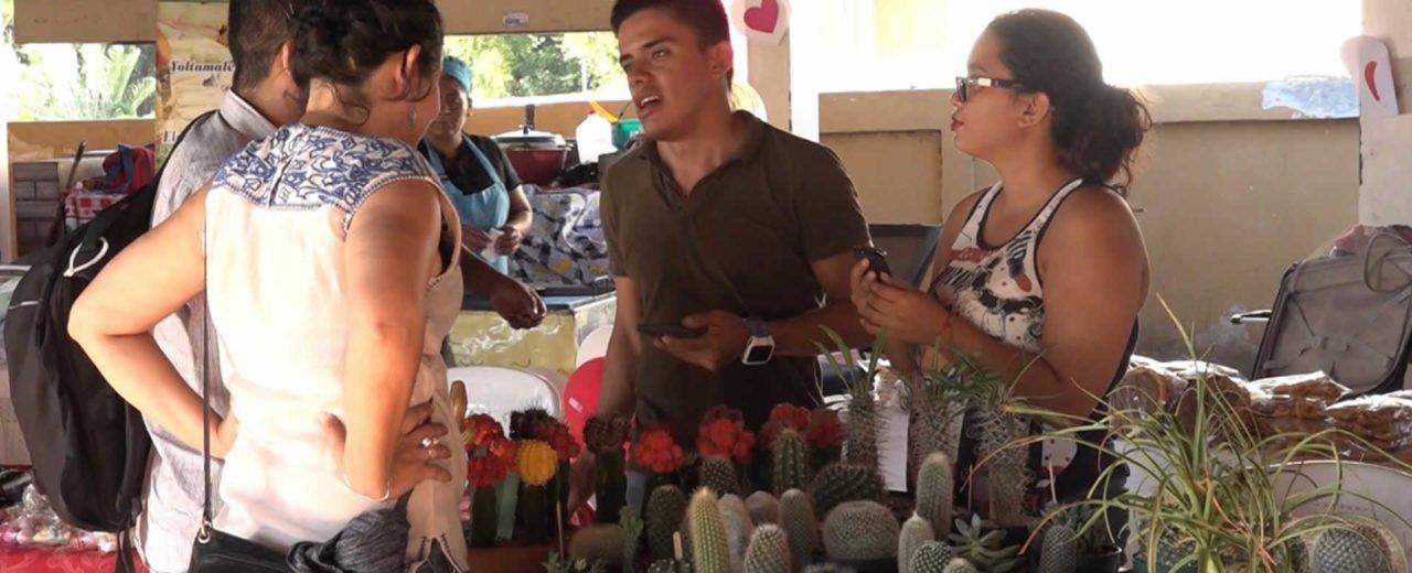 Capitalinos disfrutan la Feria del Amor y la Amistad en el Tiangue Hugo Chávez