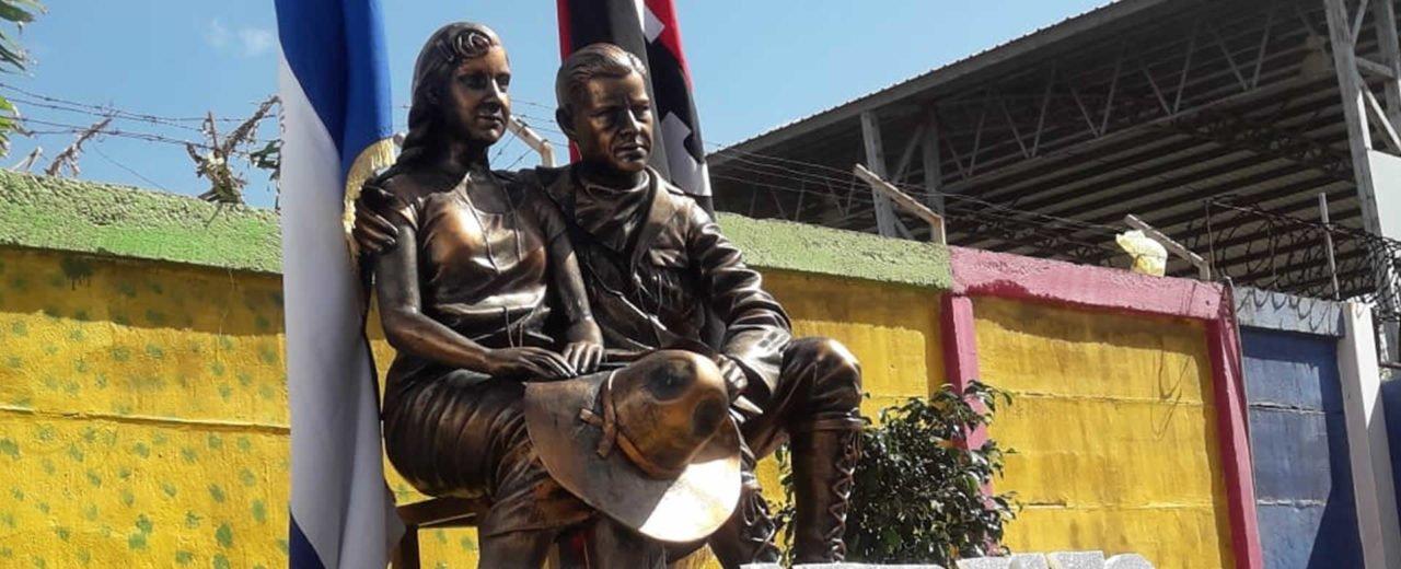 Niños de Villa El Carmen depositan una flor en homenaje al legado de Sandino
