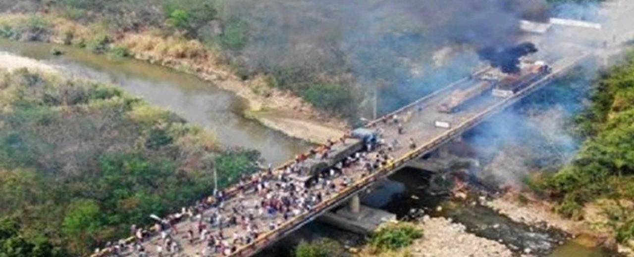 Grupos opositores venezolanos provocan incendio de camiones en frontera colombiana