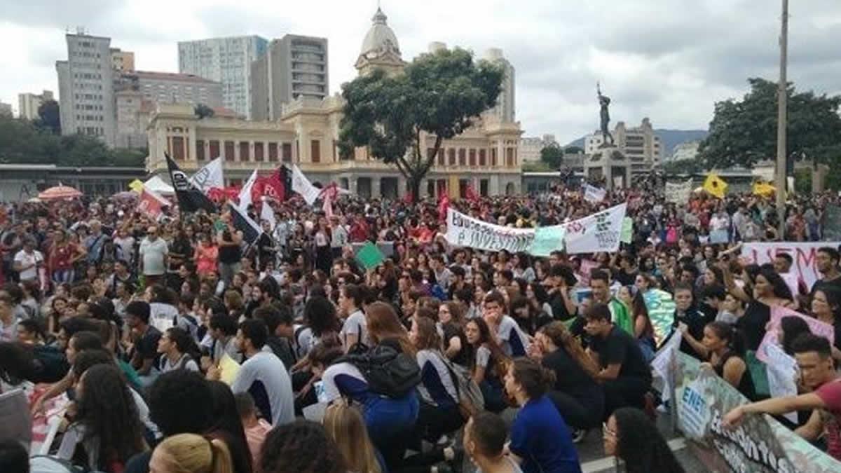 Estudiantes y docentes de Brasil realizan manifestaciones en defensa de la educación