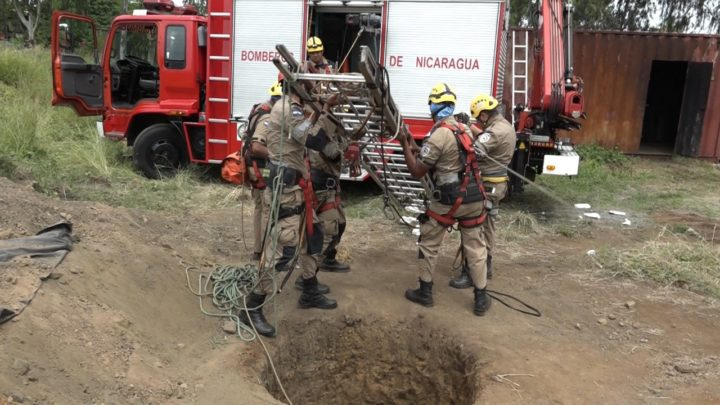 Bomberos mantenimiento carros incendios