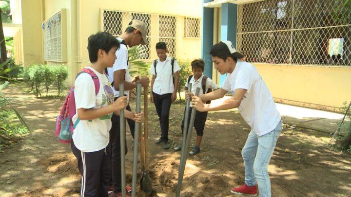 Estudiantes  jornada reforestación tierra