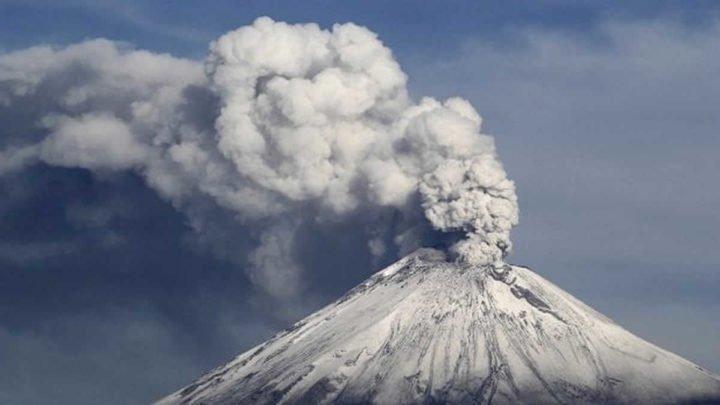 Alpinistas ponen en riesgo sus vidas al grabar la emisión de gases del volcán Popocatépetl
