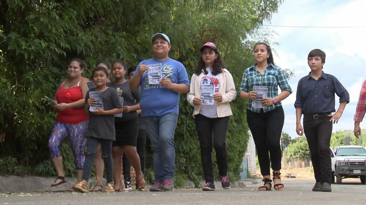 Jóvenes concientizan a familias del barrio 31 de Diciembre para prevenir el dengue
