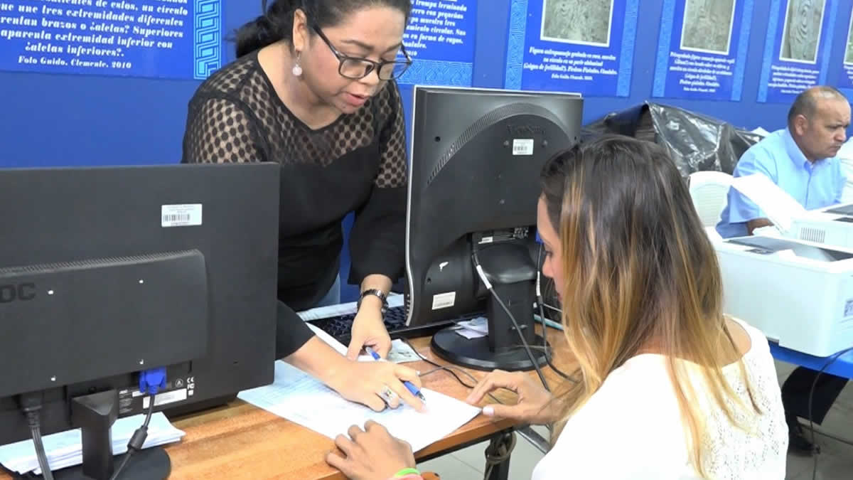Familias firman contrato de casa gracias al programa Bismarck Martínez
