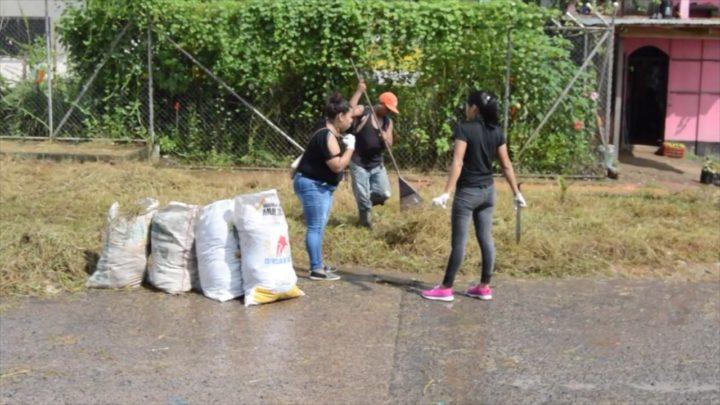 Familias de Bluefields manos a las obra con la limpieza de sus hogares
