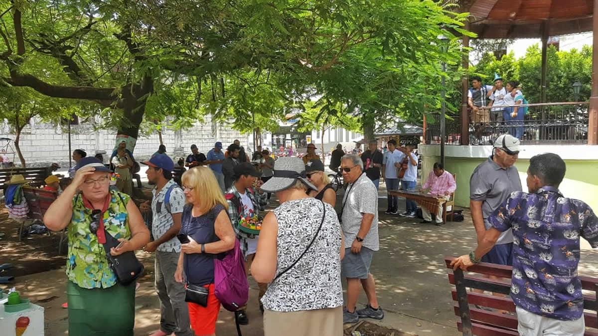 Turista extranjeros del Crucero Volendam visitan la Ciudad de León