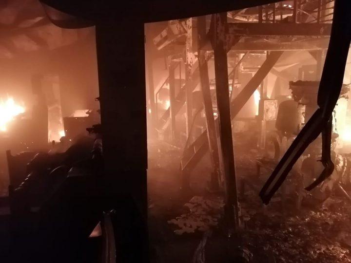 Voraz incendio consume 4 bodegas de Zona Franca en Managua