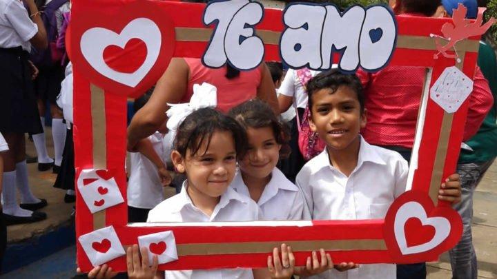 Alumnos del Colegio Salvador Mendieta conmemoran el día del Amor y la Amistad