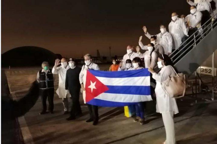 Brigada cubana llega a combatir el COVID-19 a Perú tras miles de muertes por el virus