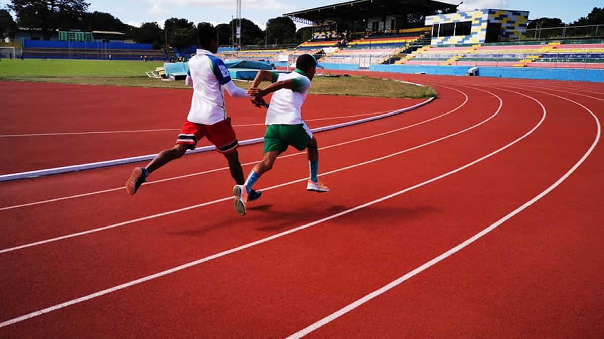 Atletas masculinos practican en el Estadio Olímpico del IND, Managua
