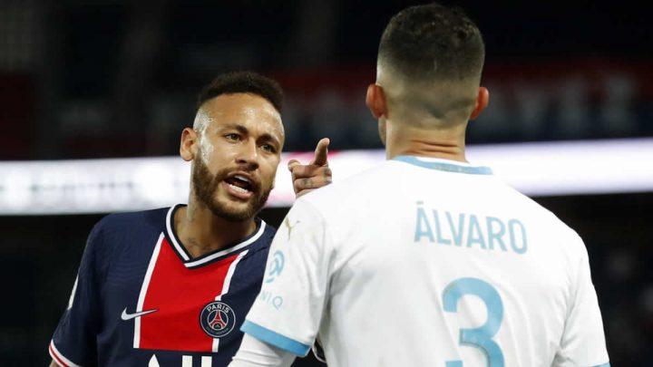 Neymar señala a Álvaro con el dedo.