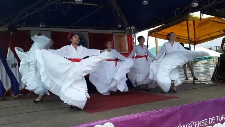 Niñas bailando folcklore en Nicaragua.