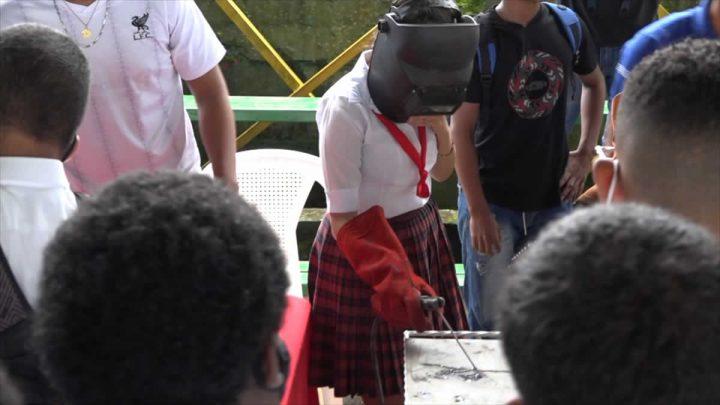 Estudiante en demostración de uso de herramientas.