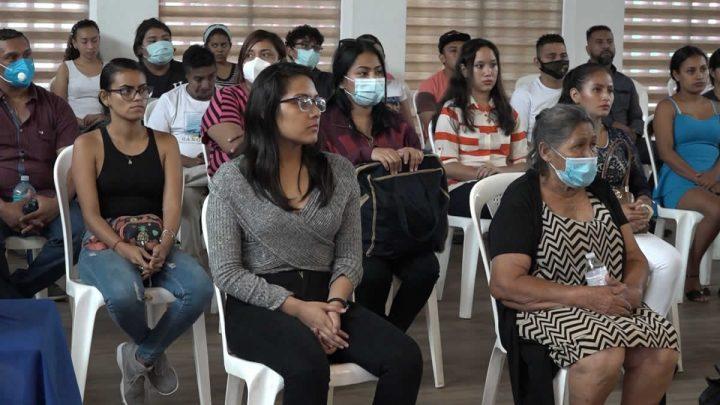 Personas sentadas en conferencia.