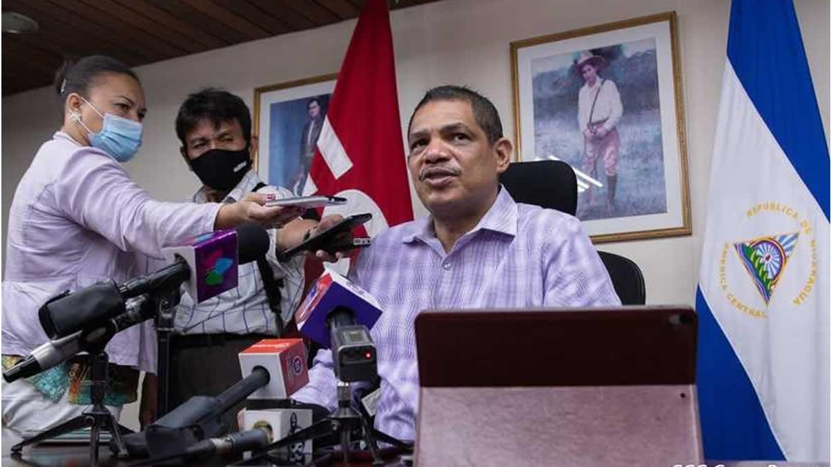 Iván Acosta, Ministerio de Hacienda brindando informe a medios de comunicación del Poder Ciudadano.