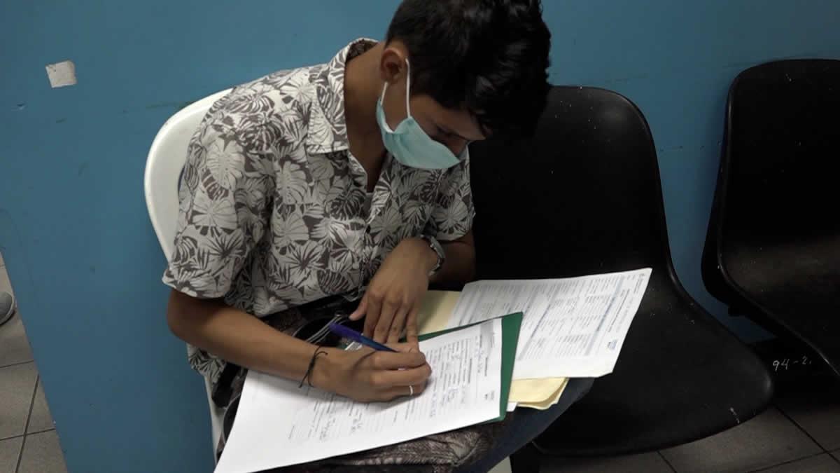 Joven se inscribe en el Tecnológico Simón Bolivar
