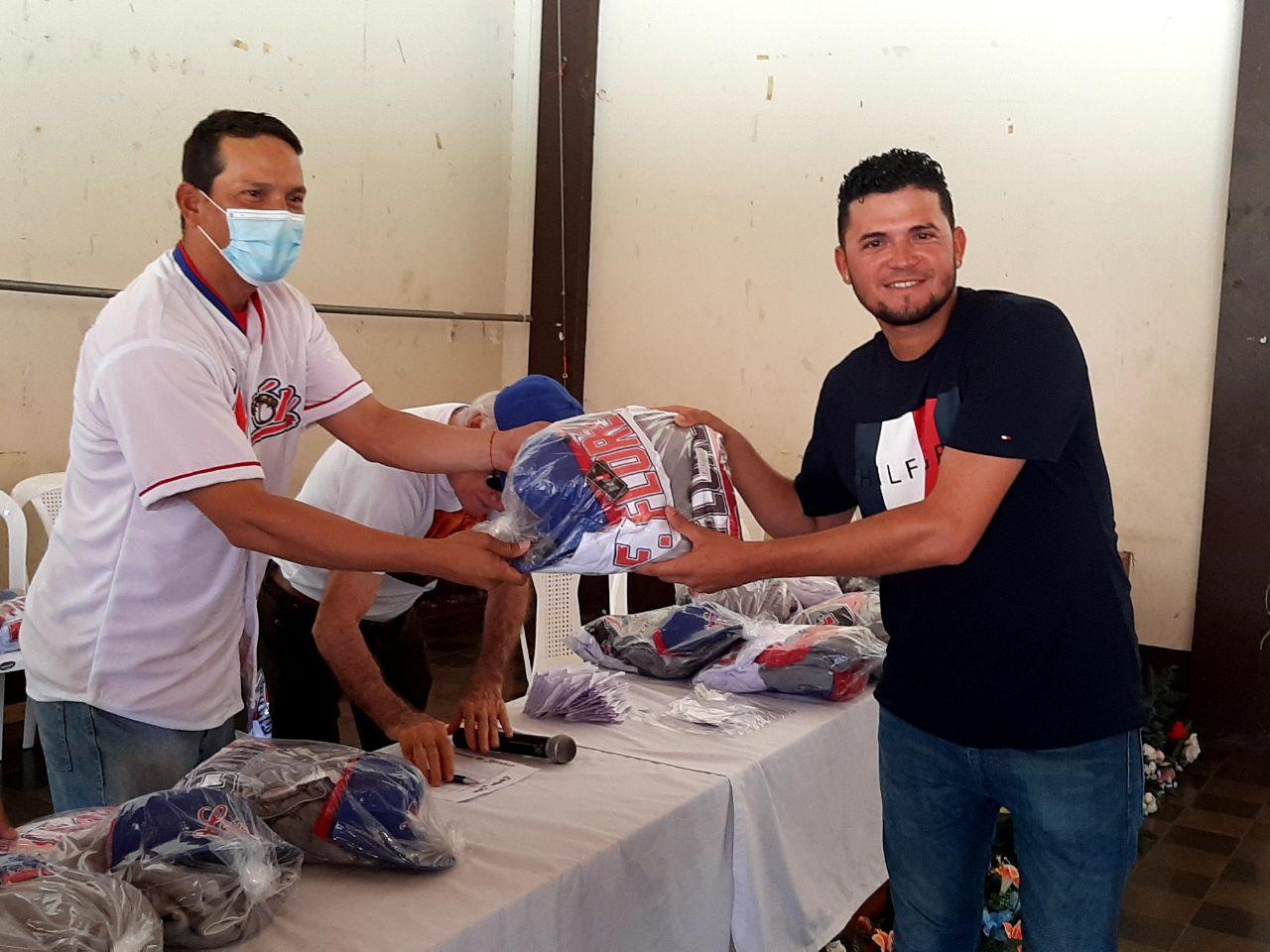 Leones de León reciben uniformes para el XIII Campeonato Germán Pomares